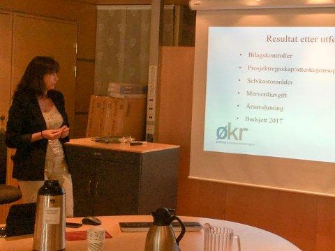 REVISOR: Jolanta Betker fra kommunerevisjonen orienterte underveis i møtet.
