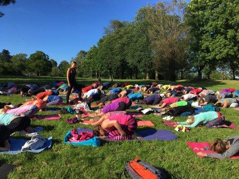 Rolig stund: Yogainstruktør Tove Lier samlet 80 personer til gratis uteyoga i  Bratliparken onsdag. Yogapraksisen var  yinyasa, en rolig form for å slippe stress og spenninger.