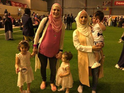 Festdag: Søndag feiret muslimer i Fredrikstad eid/id i Østfoldhallen. Reem Bani Shamsa og Rana Dawood er glade for at fastemåneden er over, men sier også at den er lærerik og viktig. Her er de med barna Jana, Lolia og Hassan.