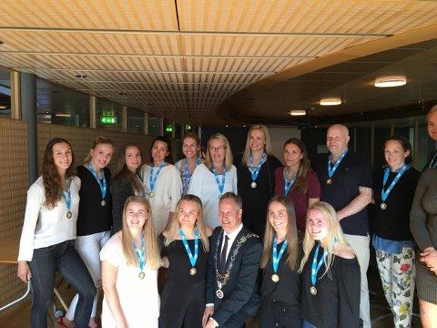 Fikk medaljer: FBK-jentene fikk overrakt seriemedaljer av ordfører Jon-Ivar Nygård. (Foto: Privat).