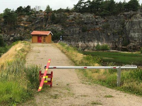 Området i sørenden av Første dam er sperret av med bom. Kjell Mangset vil vite hvorfor.