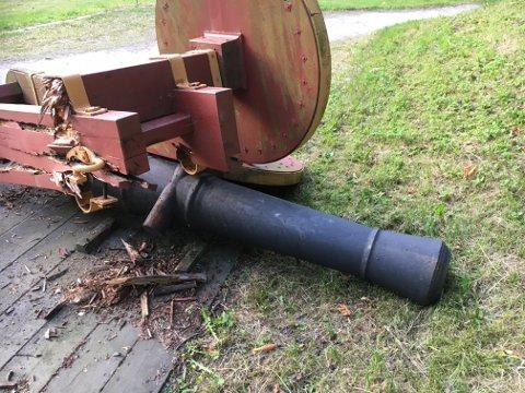 KOLLAPSET: Torsdag kveld kollapset en av Gamlebyens kanoner. Forsvarsbygg sa da at ytterligere to kanoner skal fjernes, mens resten er i OK stand. Nå tør de ikke lenger fastslå at tilstanden er OK.