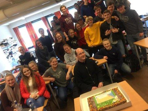 En av idrettsklassene på vg1 bestilte til naturfaglæreren sin, Thomas Nordengen, for å vise hvor stor pris de satte på ham. Kaken, var helt spesiell, den viser det periodiske system!