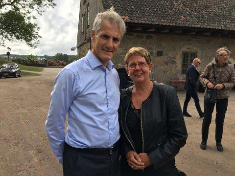 Valgkamp: Jonas Gahr Støre besøkte Fredrikstad demensforening mandag. Der snakket han med blant andre Solveig Pedersen som har en dement mann på Smedbakken sykehjem.