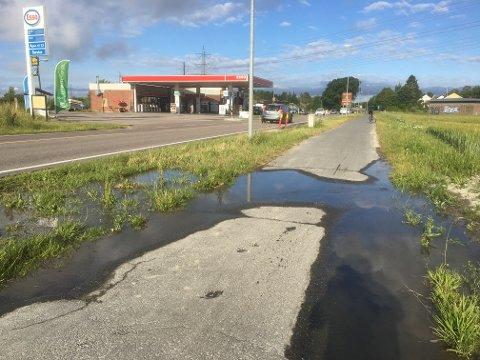 FLYTER: Regn med å bli våt på bena på gangs- og sykkelstien her. Men etter i kveld skal skaden være fikset. Foto: Tom Steinar Nilsen
