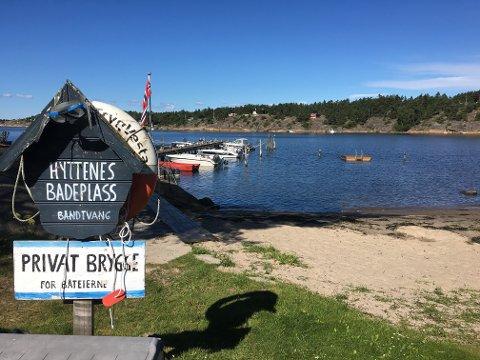 – FEIL SIGNAL: Skiltet gir signal om at stranden er bare for hyttefolket, mener kommunen.