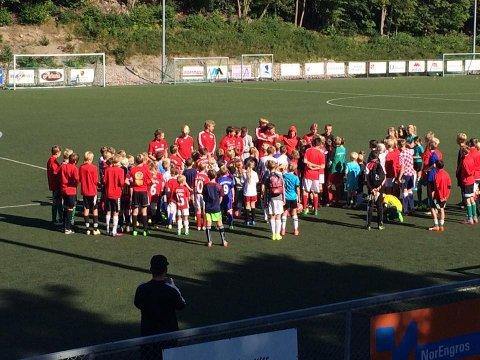 FLOTT FERIAKTIVITET: Kråkerøy Idrettslag har benyttet sine egne JR-spillere til å organisere for yngste under denne ukens aktiviteter. Over 100 deltagere hadde funnet veien.