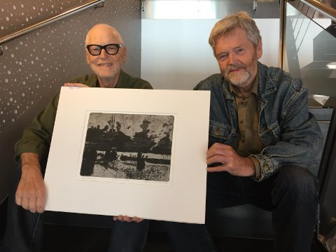 Både Jan Svensen (t.v) og Odd Skullerud ga dronningen et verkt i anledning hennes 80-årsdag. Her med verket  Skullerud ga  -   «Veien til Kallerød».