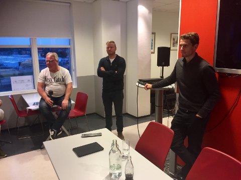 MEDLESMØTE: Dag Solheim (til venstre) ledet medlesmøtet, hvor styreleder Jostein Lunde og daglig leder Joacim Heier måtte svare på spørsmål fra kritiske medlemmer.
