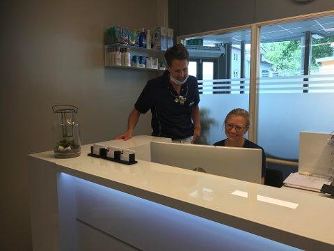 NULL HULL: Lars Gjerlaugsen og Runa Morger er fornøydmed å være på plass i Glemmengata 8, hvor man nå ikke lenger kan få nytt pass, men tennene sjekket.