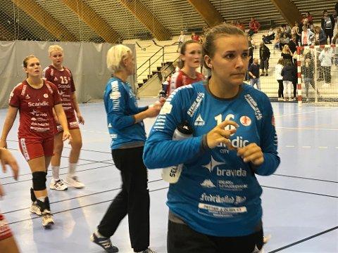 BETENKT: Jenny Sandgren var åpenbart (til høyre) bentenkt etter at hun måtte avslutte kampen på sidelinjen. I bakgrunn Karin Karlsson som avsluttet kampen mellom stengene. Foto: Vidar Henriksen