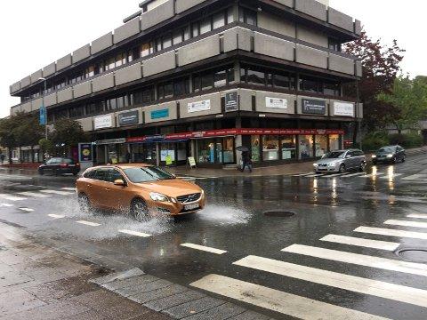 TA MED REGNTØY: Du anbefales å ta med regntøy dersom du skal ferdes utendørs tirsdag.