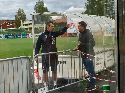 Diskuterte: FFK-trener Andrea Loberto i samtale med Martin Andresen på Elverum sist helg.