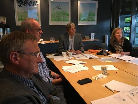 GRUNDIG DISKUSJON: Terje Alvlheim (fra venstre), Terje Moland Pedersen, utvalgsleder Rune Grundekjøn og daglig leder Anne-Karin Femanger Pettersen i sekretariatet underveis i diskusjonen.