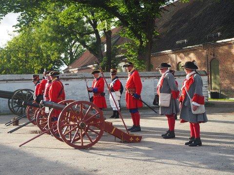 Fredriksten Artillerie Compagnie fra Halden demonstrerte hvordan de gamle kanonene opereres.