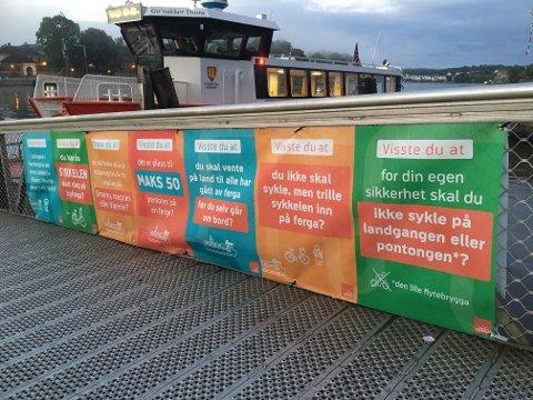 Pynt og nytte: Plakatene på landgangen er et fargerikt innslag samtidig som de kommer med nyttig informasjon.