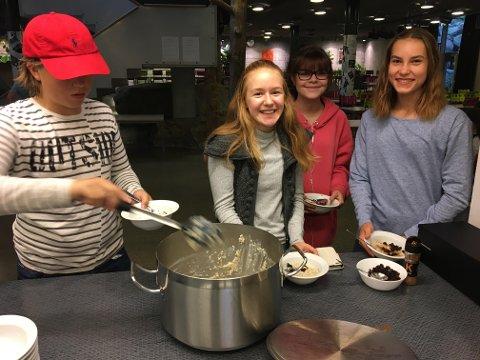 Nam-nam: Maya Gabestad, Nathalie Johnsen og Othilie Munch synes Kvernhusets nye frokosttilbud er supert. – Nå får vi energi til dagen, sier de. Til venstre forsyner Markus Fjeld seg med grøt.