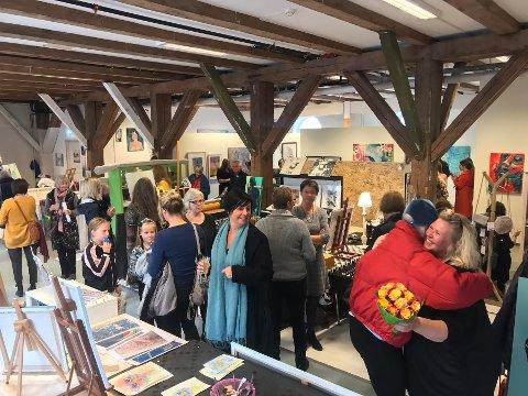 TØIHUSET: 11 lokale kunstnere bidro under åpningen av Atelier&Galleri Tøihuset lørdag formiddag.