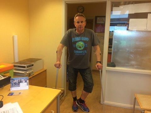 VENTER: Harald Jordheim (51) fra Begby kan fortelle at han har måttet vente lenge for å  få hjelp med det ødelagte benet sitt.