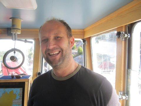 Kan smile: Fisker Olaf Iversen har god grunn til å smile  fra styrhuset. Han har vunnet saken mot kommunen, og i en helt fersk avgjørelse er kommunen også pålagt å betale Iversens advokatregning.