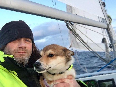 Frihet: Fredrikstad-mannen Leo Johansen sa opp jobben og dro nordover. I seilbåten har han selskap av hunden Zkipper. – Jeg har ingen planer for hvor lenge jeg skal bli. Det tar jeg som det kommer, sier han.