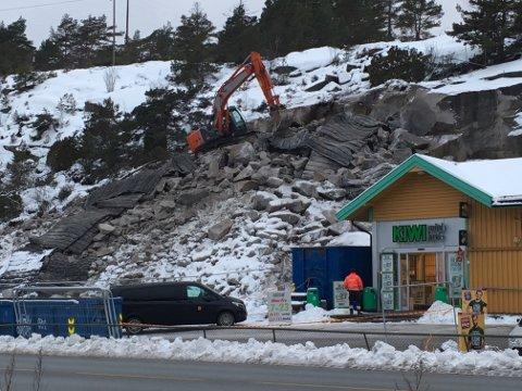 Sprengingen skjedde i forbindelse med utvidelsen av parkeringsplassen ved siden av butikken. Selve sprengningen skal ha gått bra, men en løs sten på flere tonn skal ha løsnet og sklidd ned på butikken.