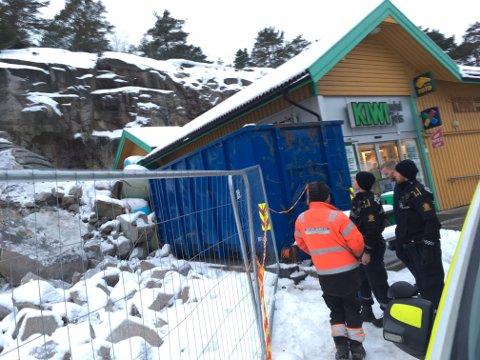Kiwi-butikken på Vesterøy fikk omfattende skader da den ble truffet av en stor sten i ettermiddag.