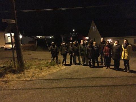 Har fått negativt svar: Beboerne fortalte i FB rett før jul om brevet med ønske omå åpne gangveien bak dem på bildet for biltrafikk. Her står de i krysset Blåklokkeveien/Bregneveien.