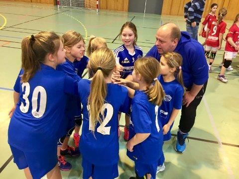 SEIERSROP: Hvaler-jentene hadde øvd på både håndball og seiersrop.ALLE FOTO: Henrik Myhrvold Simensen