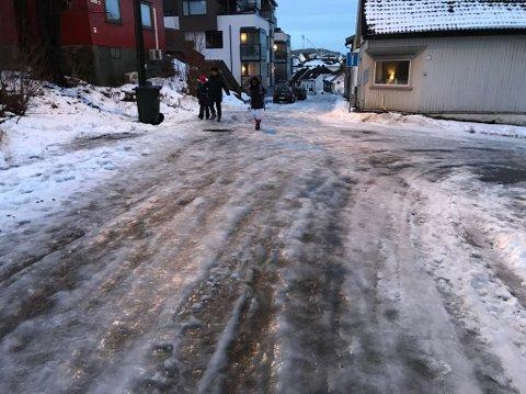 NEDBØR OG PLUSSGRADER: Væromslaget kan sørge for svært glatte veier, spesielt i distriktene. Slik så det ut på Holmen i morgentimene.