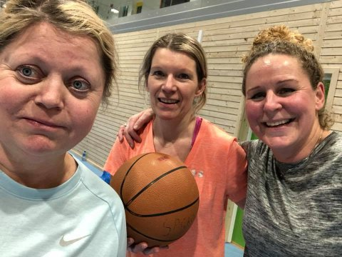 Breddeidrett i Saltnes sportsklubb: Tre damer som har gitt seg i kast med innebandy: Elisabeth Krathe Steve, Nina Tokle Bjørnstad og Tone Veberg Sollund.