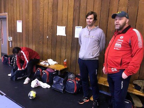 TRO SAMLET: Christer Karlsson og Anders Lund diskuterer ukens treningsopplegg, mens terje Thomas Bråthen studerer medisinvesken. Foto: Vidar Henriksen