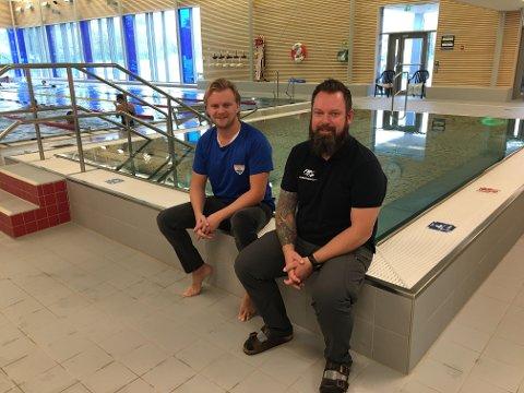 Trygg i vann: Kongstensvømmernes Kristoffer Hals (til venstre) og Glenn Andersen, badesjef i kommunen, håper mange barnehager vil ta kontakt for å få vanntilvenningskurs.