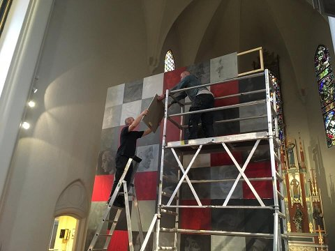 Kunstner Tor Lindrupsen og kirketjener Geir Tvete setter opp  «Mørkeromsarbeid» i Fredrikstad domkirke.