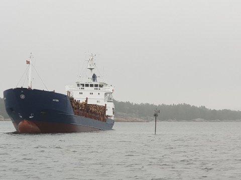 Skipet sto bom fast i flere dager før det ble dratt av Møregrunnen for rundt tre uker siden.