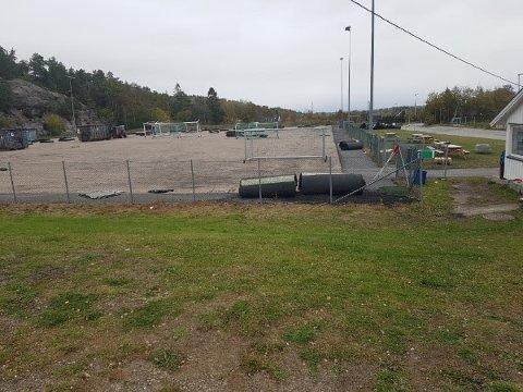 I Trondalen ble det gamle kunstgresset gravd opp for få uker siden. Om noen uker skal en ny bane være på plass.