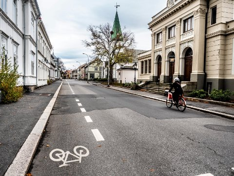 EN SMAL STRIPE: I dag har Ferjestedsveien en smal sykkelstripe på den ene siden av veien og biltrafikk i begge retninger. Til våren er trolig to brede, røde sykkelstriper på plass og trafikken enveisregulert.