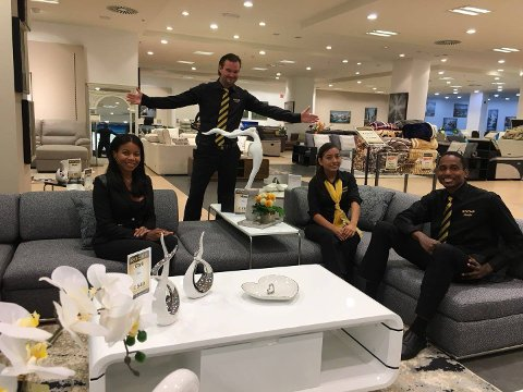 FORNØYD: Rocka-sjef Tim Thøgersen (stående) er strålende fornøyd med åpningen av sin nye butikk i Barcelona. Nå ser han for seg å innta flere spanske byer.