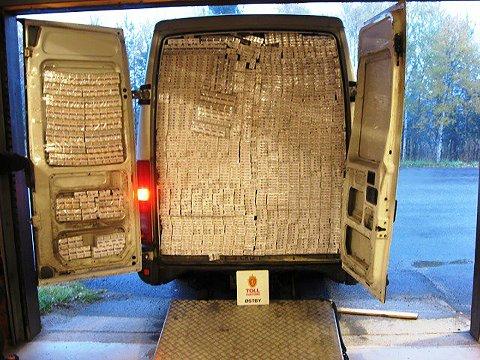 Østby   20181008. Tollere fra Østby tollsted i Hedmark avdekket 170 000 sigaretter i en litauisk registrert varebil som ble stoppet ved Drevsjø 4. oktober. Sjåføren var en latvisk statsborger.  Foto: Tolletaten / NTB scanpix