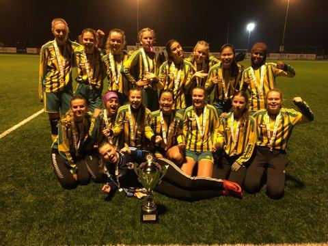 Jubel: Lisleby-jentene kunne stolt juble med pokalen som viser at man gikk til topps i Obos Cup. (foto: Privat)