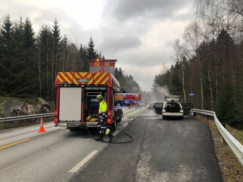 BILBRANN: Føreren av personbilen rakk akkurat å blinke seg inn på en busslomme da det oppsto en brann i motorrommet.