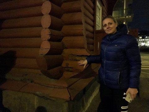 Råtner på rot: Leder i Fredrikstad Turnforening Inger Lise Olsen forklarer at bunnsvillen er råtten og må byttes ut. Den binder hele bygget til grunnmuren. Også andre deler av tømmeret er råttent.