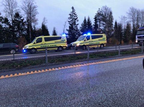 Alle nødetatene er på plass ved ulykkesstedet. Det er lange køer på E6 i forbindelse med hendelsen.