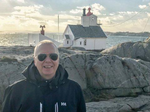 Researchbesøk: Hans-Petter Thøgersen tok seg en natt på Homlungen fyr utenfor Skjærhalden. Nå skal «Fyret» skrives.