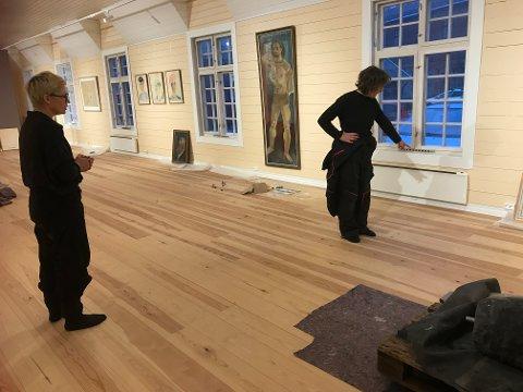 FORBEREDER UTSTILLING: Fra lørdag kan du se alle de 49 Bendik Riis-bildene som Fredrikstad kommune eier. På bildet ser du Camilla Wexels Riser (t.v) og Gunn Harbitz  som forbereder utstillingen.