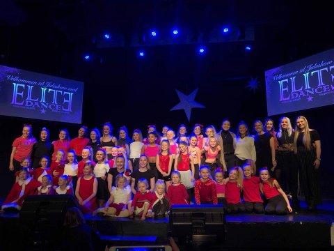ALLE SAMLET: Her er hele troppen til Elite Dance samlet på ett brett under juleshowet på Røde Mølle.