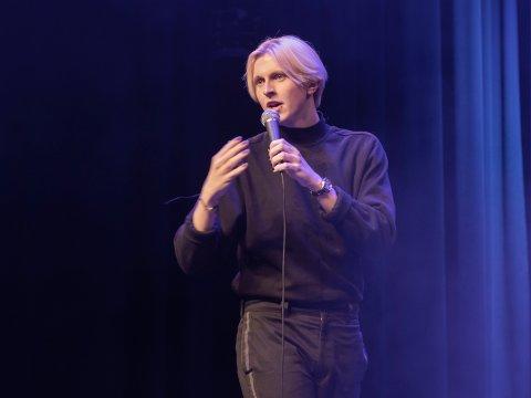 Sondre Lyngmo debuterte som standup-komiker på Blå Grotte. Nå vil han bli så god som mulig i nærmiljø.