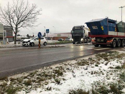 To biler kolliderte onsdag i Bøckmannkrysset på Selbak. Trafikken gikk greit forbi stedet.