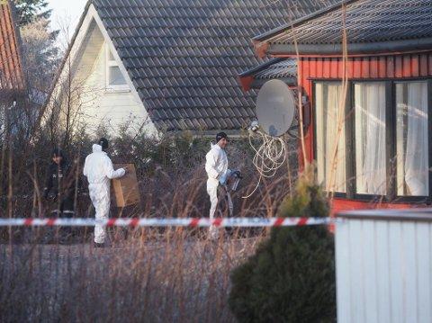 Politiet og krimteknikere er på plass utenfor boligen fredag klokken 12:30