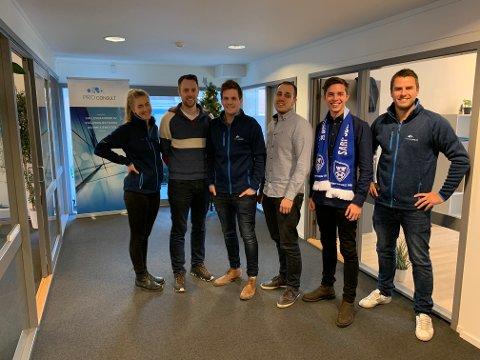 Blir flere: Dette er noen av de 12 ansatte i Pro Consult. Fra nyttår starter to nye sivilingeniører i firmaet som har flyttet til Fredrikstad.